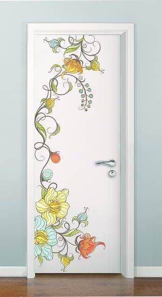 Puerta de una habitación decorada con un dibujo de unas flores