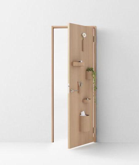 Puerta de una habitación con aplicaciones para que puedas colocar plantas