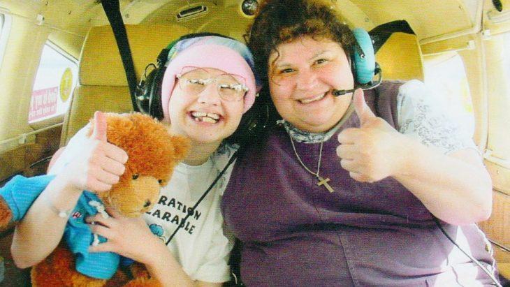 Mujer abrazando a una niña dentro de un helicoptero que se encuentra a punto de despegar, escena del documental Mommy Dead and Dearest, Dee Dee Blancharde
