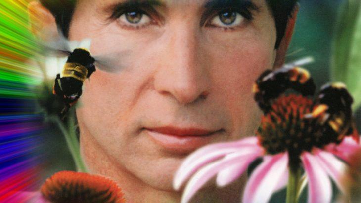 Michael, rostro de un hombre con ojos verdes, nariz pequeña, labios delgados, pestañas pronunciadas, mirando hacia el frente, escena del documental Holy Hell
