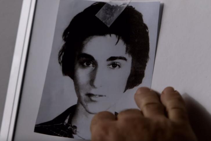 Kitty Genovesem, fotografía en blanco y negro de una mujer delgada con cabello corto, abultado, cejas pronunciadas, ojos pequeños, escena del documental The Witness