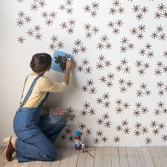 Pared estampada mujer joven pintando pared