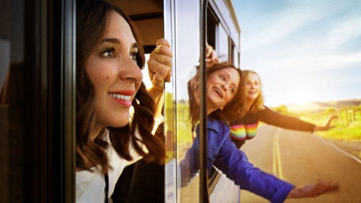 Grupo de mujeres paseando en metro, escena de la película Entre vino y vinagre