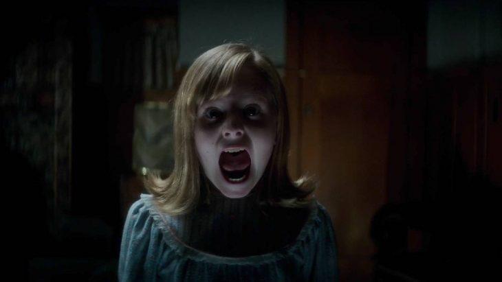 Niña con pijama azul gritando y asustada escena de la película Ouija: el origen del mal