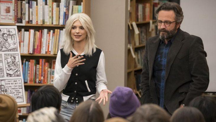 Chica dando una conferencia dentro de una biblioteca pública, escena de la serie Easy