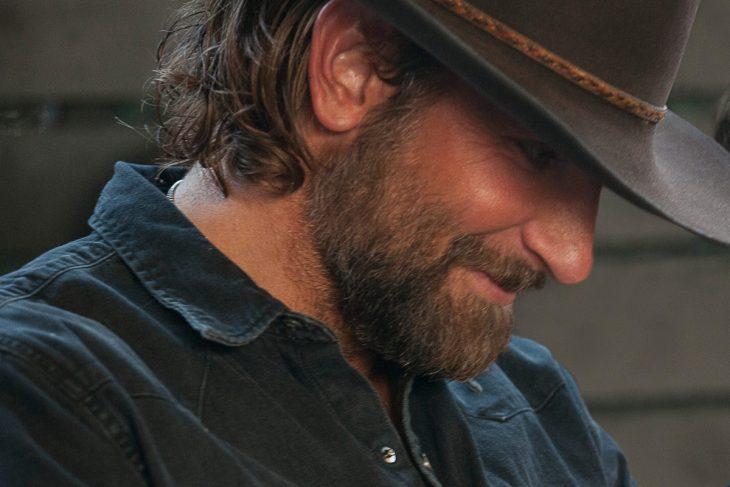 El actor Bradley Cooper interpretanod a Jackson Maine en la cinta Nace una estrella