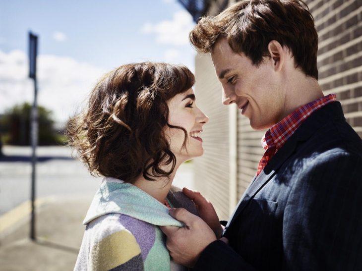 La actriz Lily Collins y el actor Sam Claflin en la cinta Love, Rosie