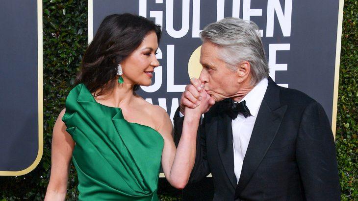La actriz Catherine Zeta Jones y su esposo el actor Michael Douglas en la alfombra roja de los Golden Globes