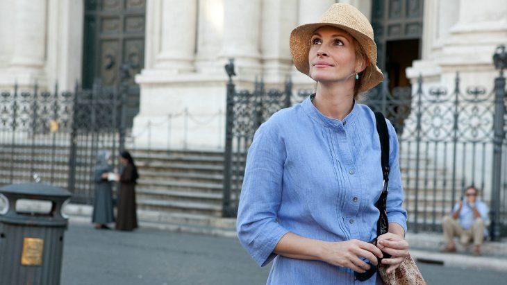Mujer caminando sobre la calle apreciando la vista