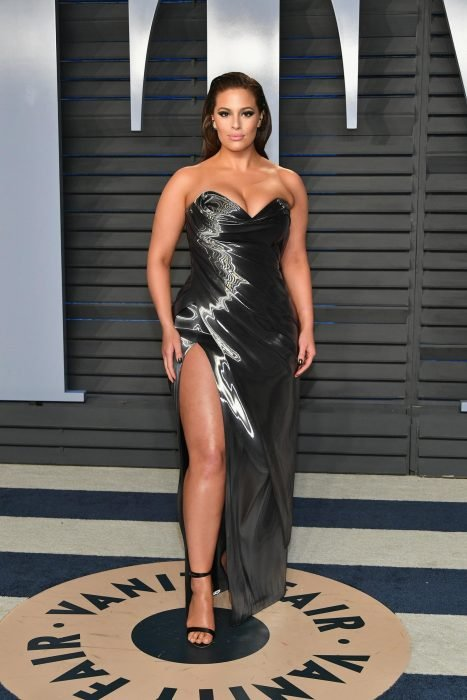 La modelo Ashley Graham luciendo un vestido gris en la alfombra roja de Vanity Fair 2019