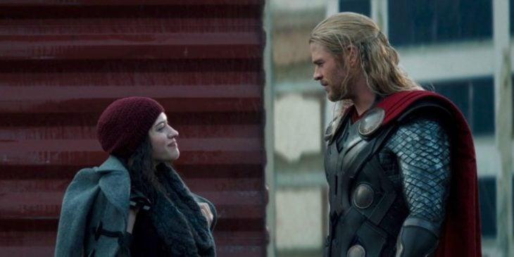 Mujer hablando de frente con un hombre vestido de Thor en Thor: mundo oscuro, Kat Dennings, Chris Hemsworth