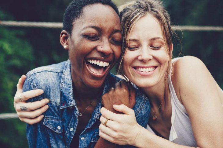 Dos chicas abrazadas riéndose