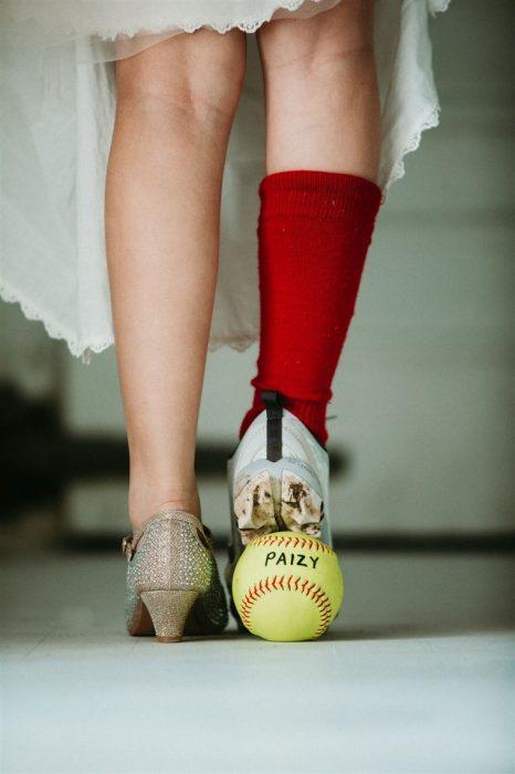 Pies de una niña llevando tacones y tenis deportivos al mismo tiempo, fotografía por Heather Mitchell
