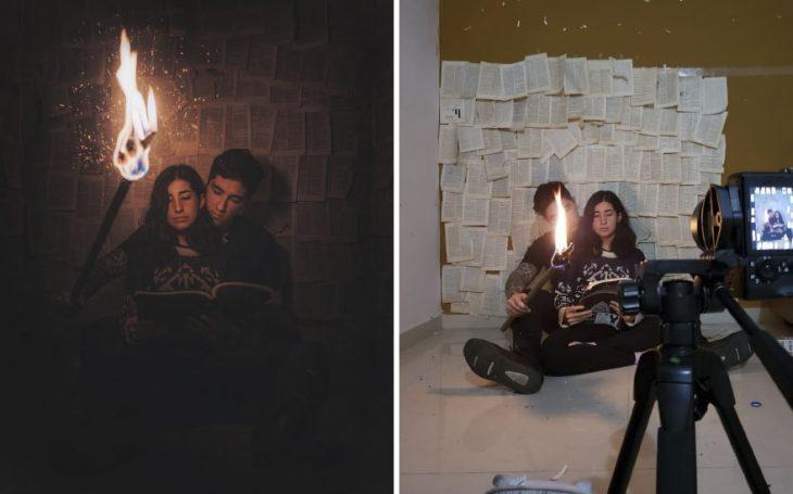 Pareja de novios sosteniendo una antorcha en medio de una bibloteca mientras leen un libro sentados en el piso fotografía creativa de Omahi