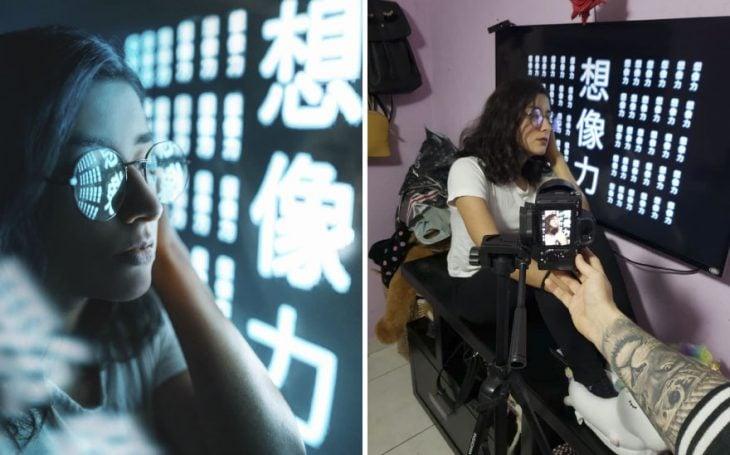 Chica sentada en un banquito negro, recargada en una pared decorada con letras en chino, fotografía creativa de Omahi