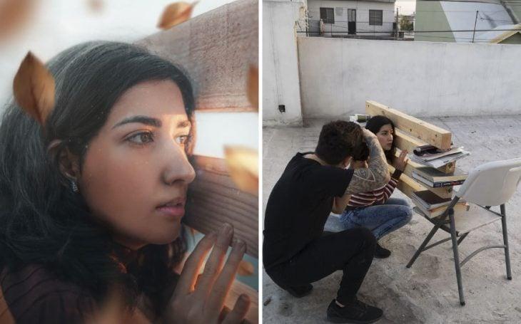 Chica recargada en una pared falsa hecha con madera, chico tomándole fotografías, fotografía creativa de Omahi