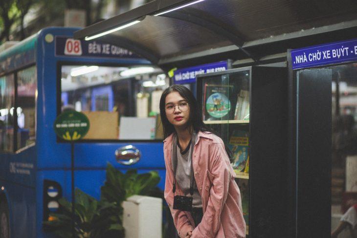 Mujer esperando la llegada del tranvía en la estación del metro