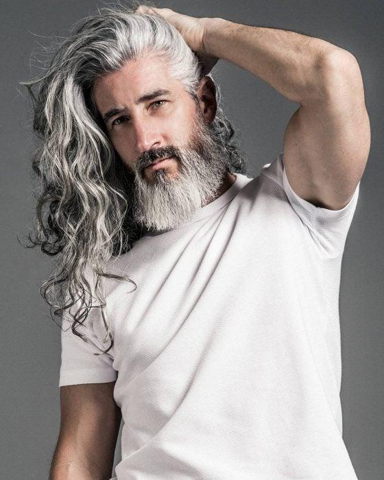 Jack Foley, modelo mayor, hombre con cabello largo, ondulado y con canas, barba y bigote largos, modelando