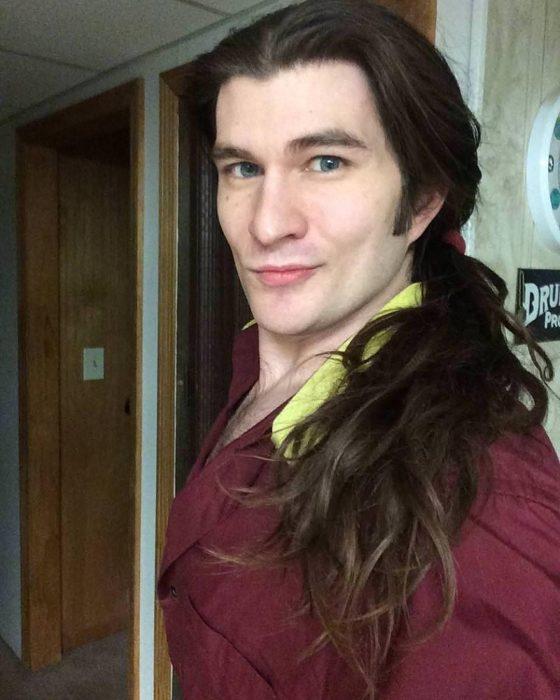 Jeffrey S. Kendall, hombre que se parece a Gastón de La Bella y la Bestia, chico de cabello largo recogido en una coleta