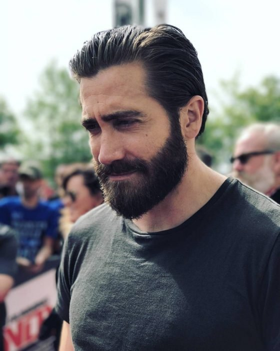 Actor Jake Gyllenhaal, hombre de cavello corto, con cejas pobladas y barba y bigote tupido