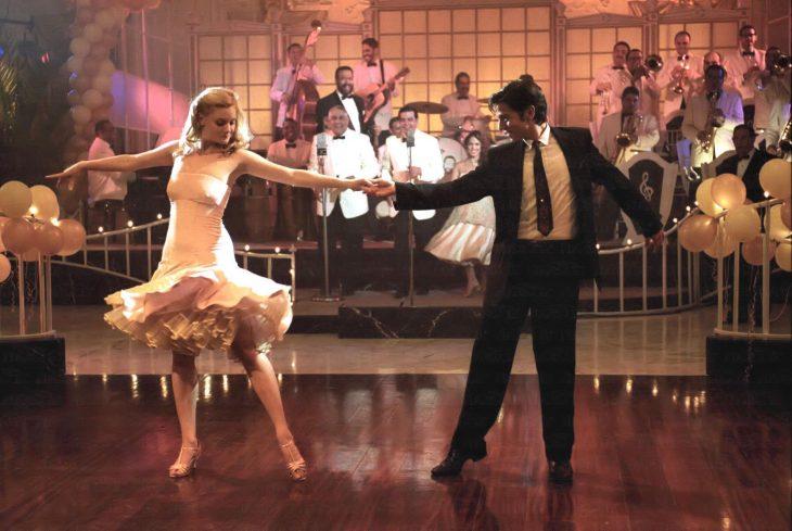 Una pareja bailando en el centro de la pista