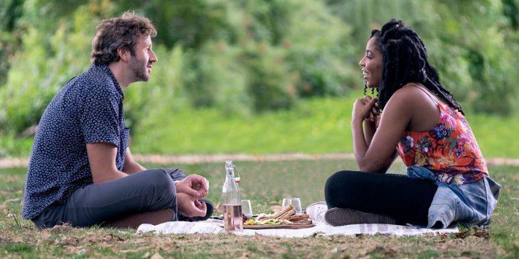 Una pareja disfrutando de un pícnic en el parque