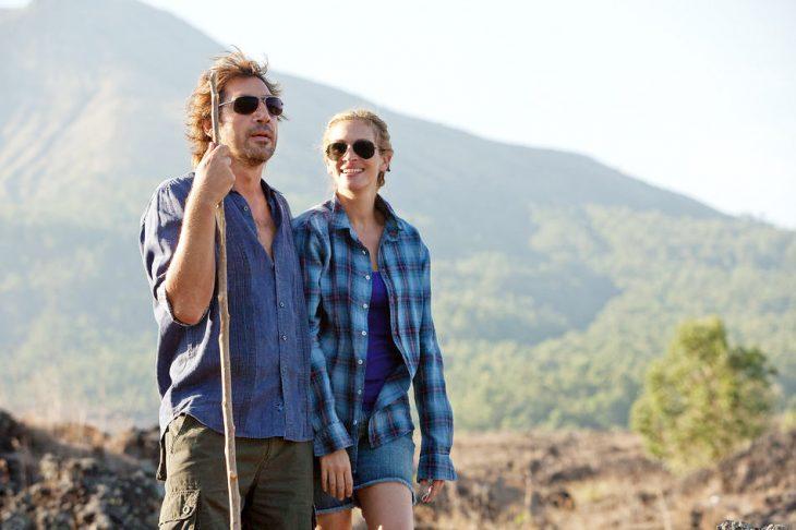 Una pareja disfrutando de la vista de la naturaleza