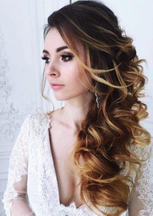 Chica modelando un peinado de coleta baja voluminosa