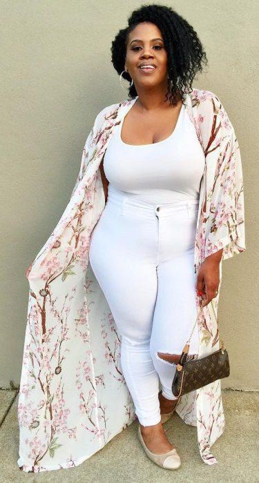 Chica modelando un top y pantalón blanco con kimono de flores