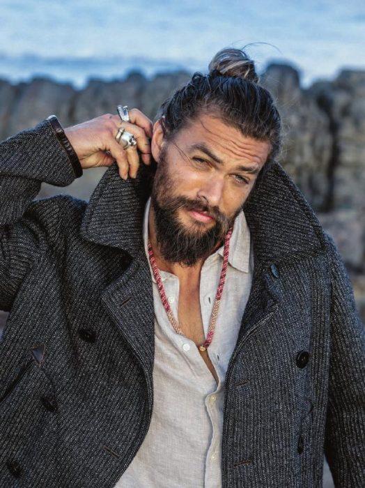 Jason Momoa acomonado su saco gris a mitad de una sesión de fotos en las montañas antes de afeitar su barba