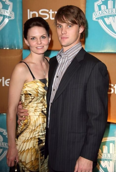 Jennifer Morrison and Jesse Spencer posing for the photo