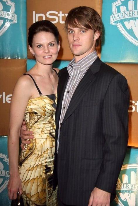 Jennifer Morrison y Jesse Spencer posando para la foto