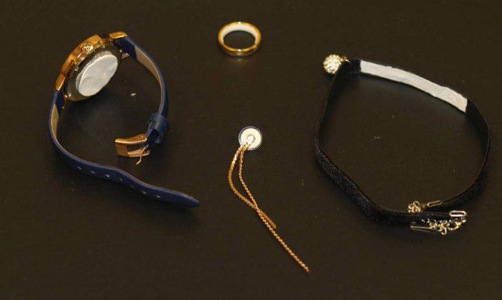 Nuevo método anticonceptivo en forma de parche que se adhiere a joyas como relojes, aretes, pulseras y anillos que previenen embarazos