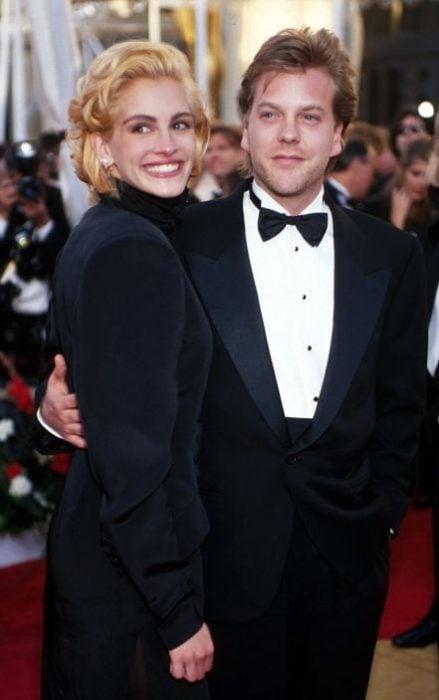 Julia Roberts y Kiefer Sutherland abrazados posando para la foto