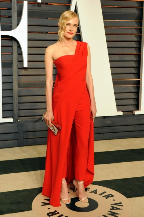 Diane Kruger posando para las cámaras en el after party de Vanity Fair en los Oscar. Usa un jumpsuit