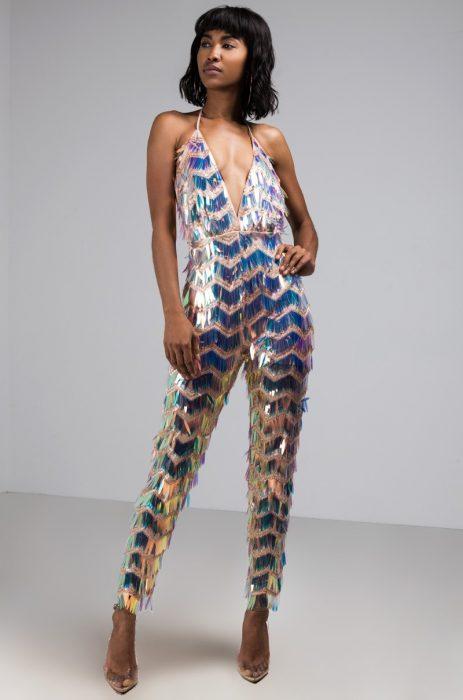 Chica luciendo un jumpsuit con adornos plateados