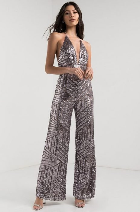 Chica modelando un jumpsuit de lentejuelas plateadas