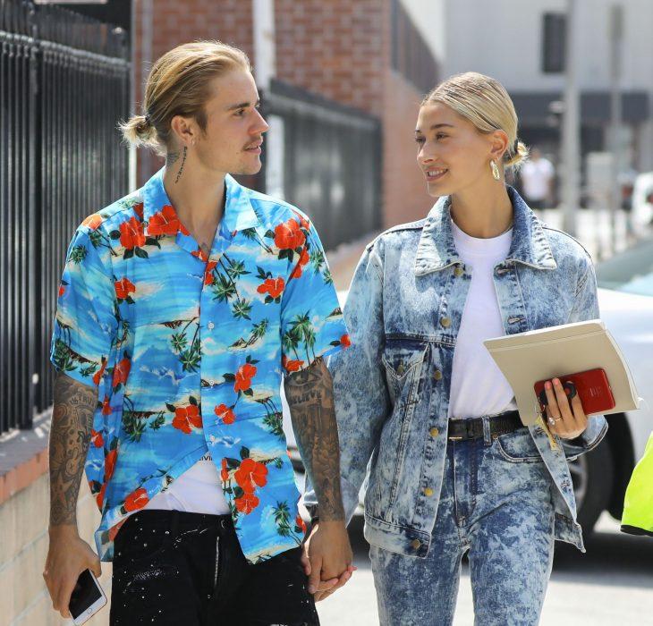 Justin Bieber y Hailey Baldwin tomados de la mano caminando por la calle