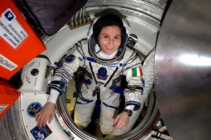 Mujer vestida de astronauta dentro de una nave espacial de la NASA, Anne McClain