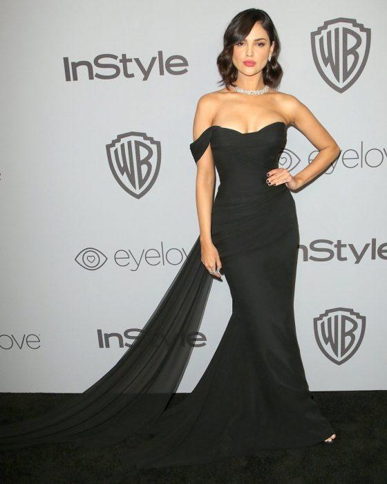 La actriz Eiza González luciendo un vestido de Romona Kevez en la alfombra roja del Globo de Oro 2018