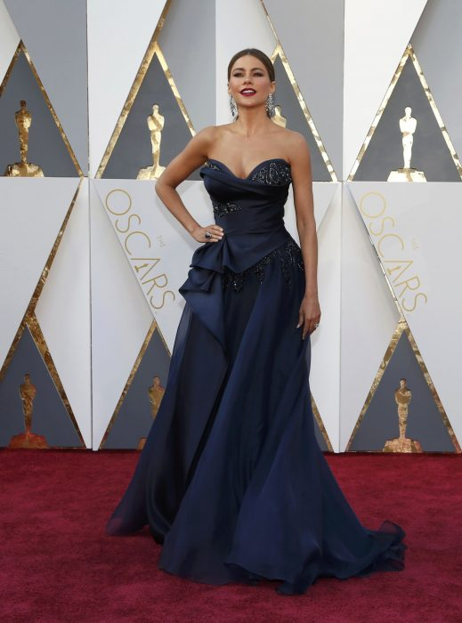 La actriz Sofía Vergara luciendo un vestido de Marchesa en la alfombra roja de los Oscares 2016