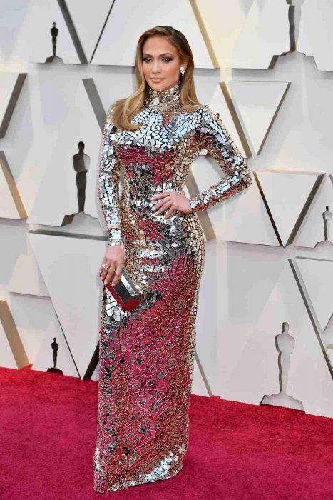 La actriz y cantante Jennifer López luciendo un vestido de Tom Ford en la alfombra roja de los Óscares 2019
