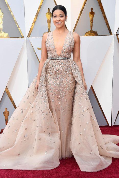 La actriz Gina Rodríguez luciendo un vestido de Zuhair Murad en la alfombra roja de los Oscar 2018