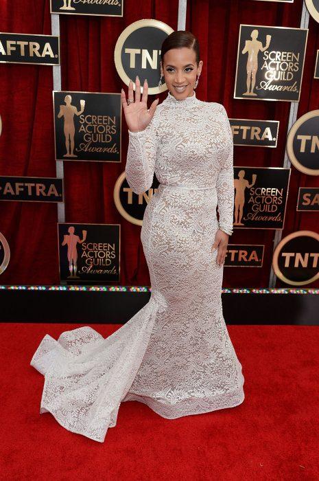 La actriz Dascha Polanco luciendo un vestido de Michael Costello en la alfombra roja de los SAG Awards 2015