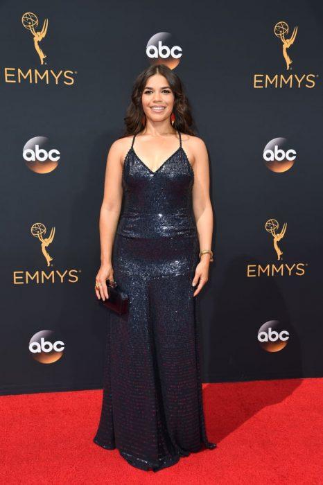 La actriz America Ferrera luciendo un vestido de Jenny Packman en la alfombra roja de los Emmy 2016