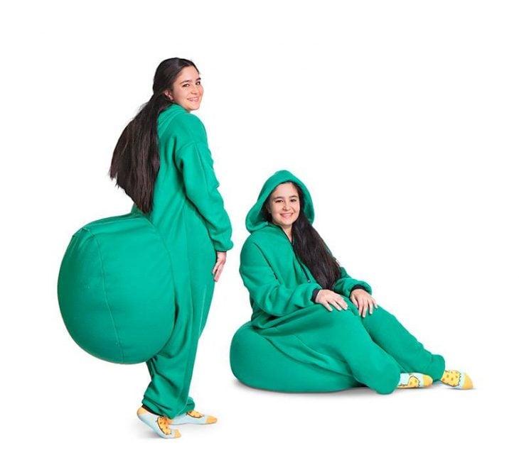 Chicas llevando mameluco verde con asiento puff integrado sentadas sobre su propia ropa