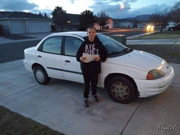 chico posando frente al auto Toyota blanco que le regala un a su mamá