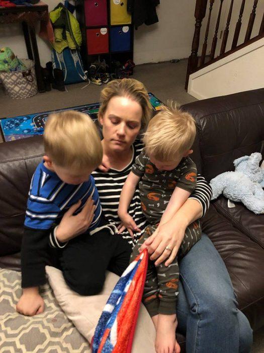 Celeste Erlach: Carta de esposa exhausta a su esposo; mamá cargando a sus dos hijos sentada en el sillón, despeinada