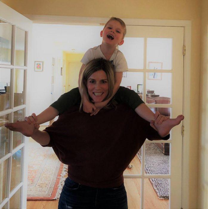Celeste Erlach: Carta de esposa exhausta a su esposo; mamá feliz cargando a su hijo en la espalda