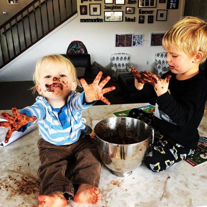 Celeste Erlach: Carta de esposa exhausta a su esposo; niños en la cocina con chocolate en la cara
